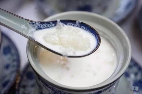 感冒了能吃牛奶炖雪蛤吗